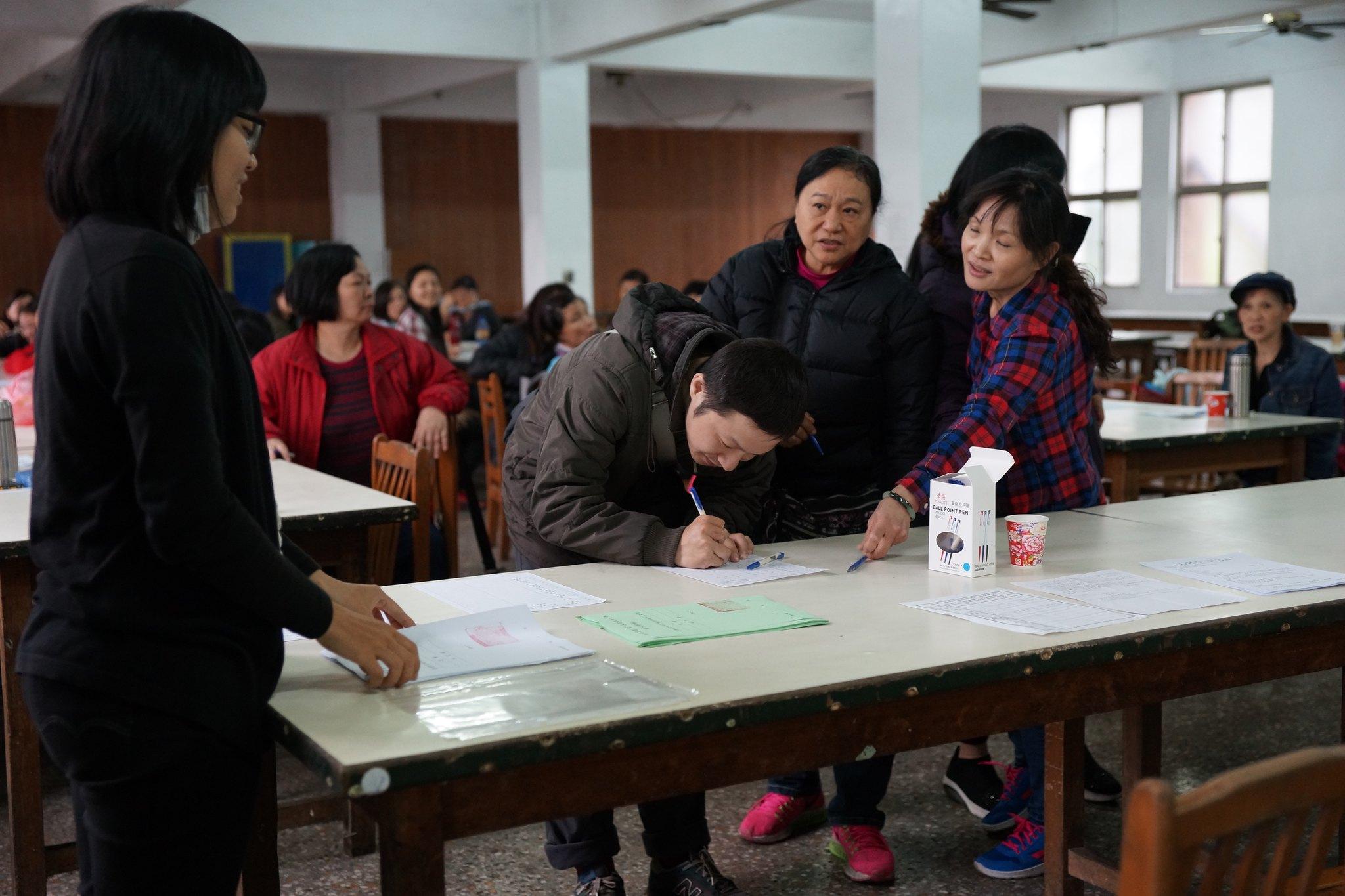 工會會員排隊領取選票。(攝影:王顥中)