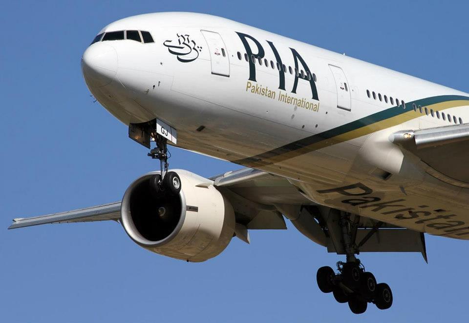 Hét ember a folyosón utazott egy PIA járaton