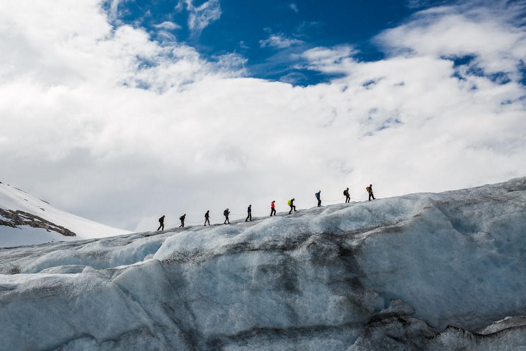 Trekking sobre un glaciar en Noruega