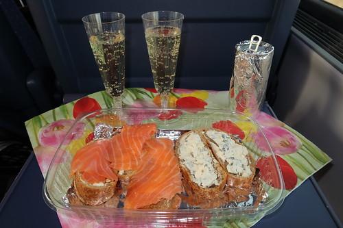 Baguettescheiben mit Lachs sowie Blauschimmelkäse zum Prosecco (auf Zugfahrt nach Berlin)