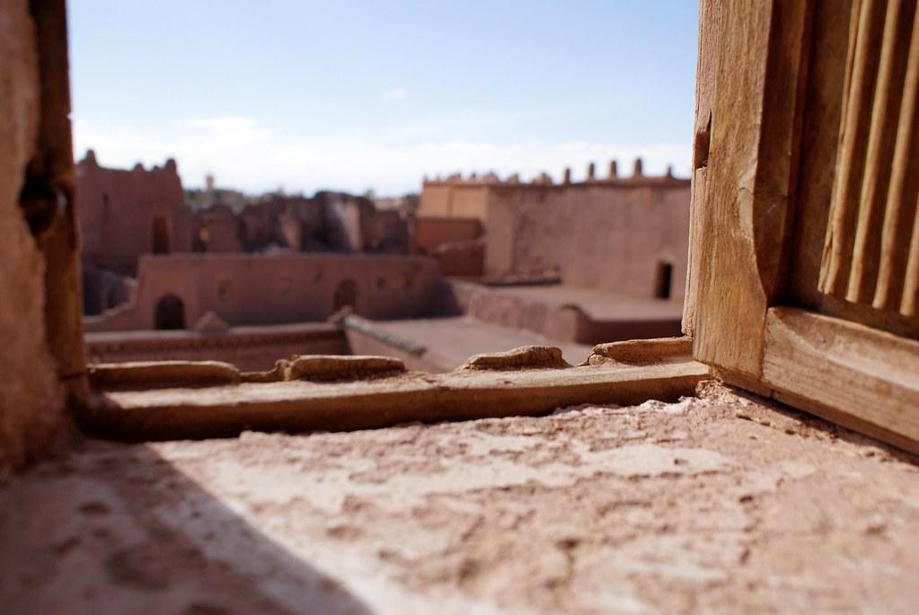 Vue depuis une fenêtre de la Casbah de Ouarzazate au Maroc.