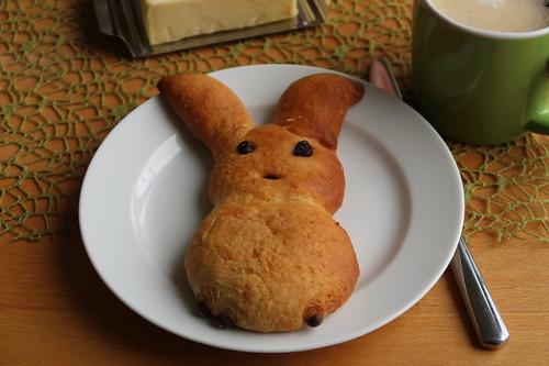 Osterhase mit Butter zum Frühstückskaffee