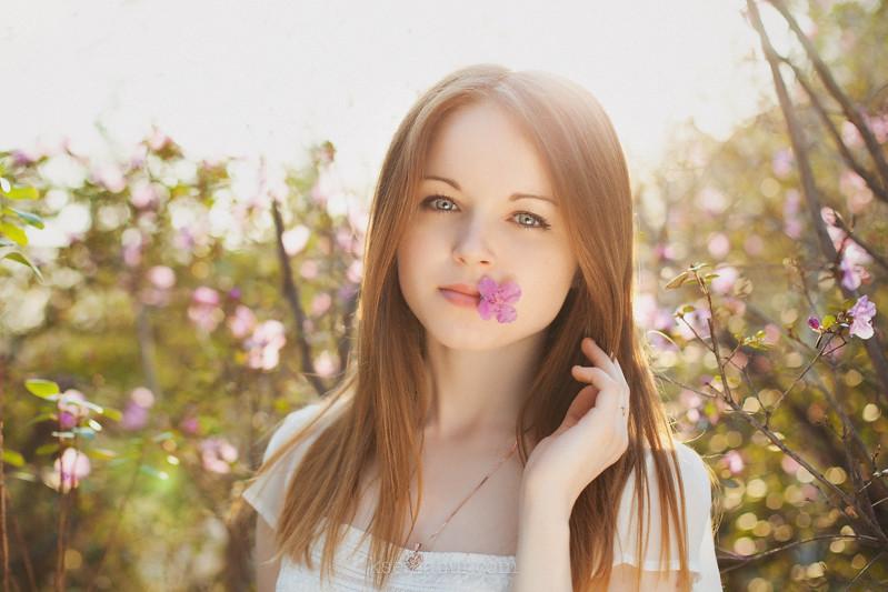 Фото девушки на природе с цветами