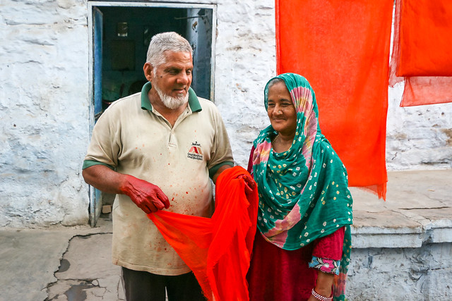 Hasband and wife at their dyeing workshop, Jodhpur, India ジョードプル 旧市街の染色工房の仲良し夫婦