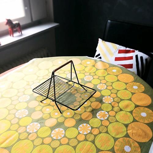 黄色テーブル