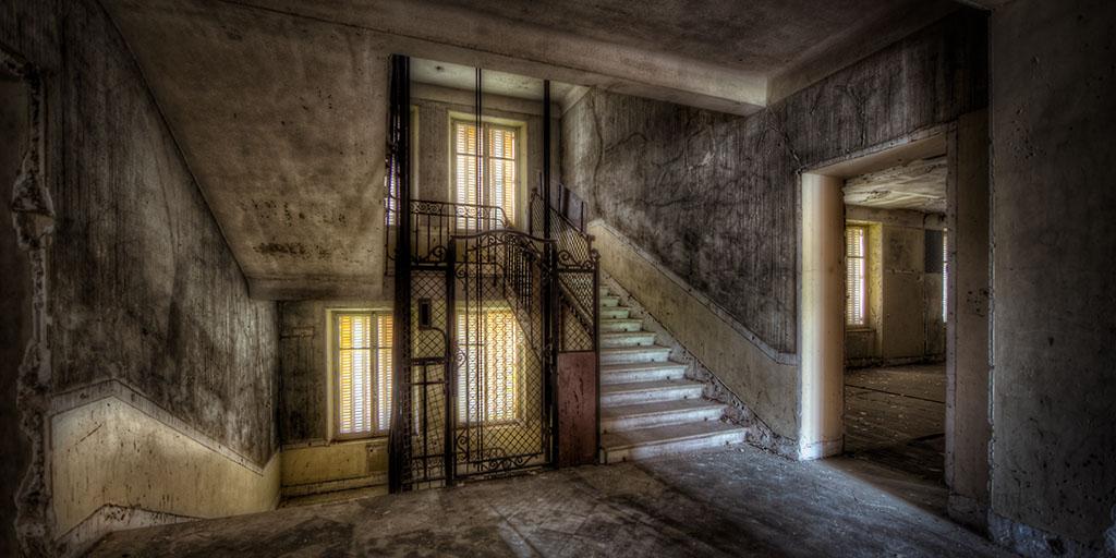 vieil hotel d saffect dans le grand escalier spleduer du flickr. Black Bedroom Furniture Sets. Home Design Ideas