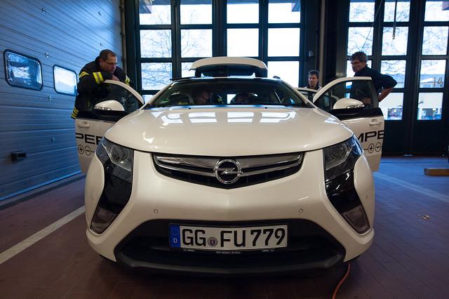 Berufsfeuerwehr Wiesbaden mit Opel Ampera