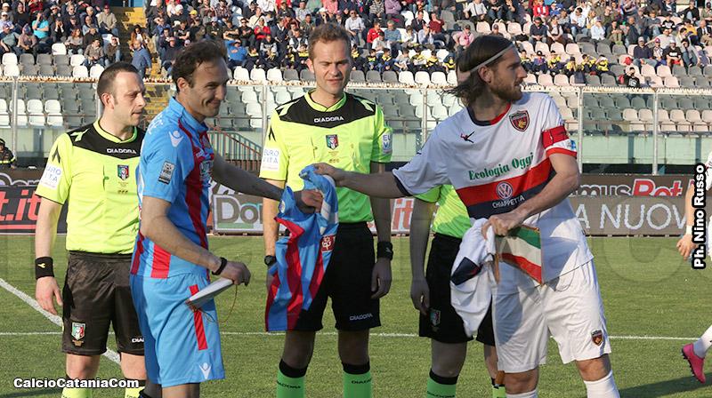 Luca Tedeschi, con la fascia di capitano del Cosenza, insieme a Marchese: da avversari a compagni di squadra