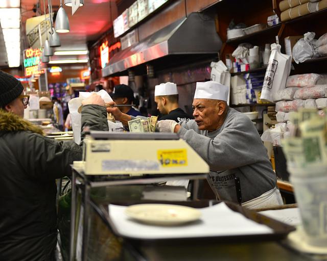 Cobrando en Katz's, los mejores sandwiches de Nueva York