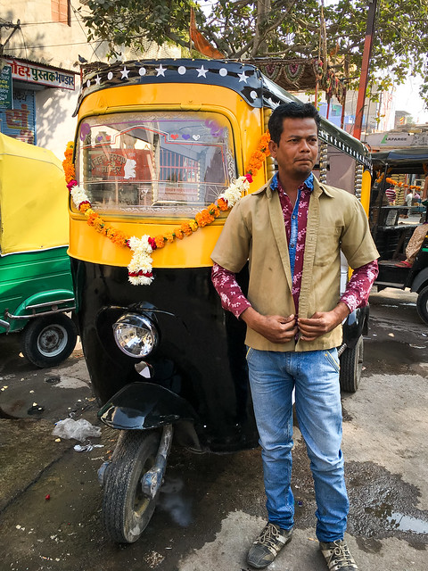 Driver and his rickshaw decorated with flowers, Jodhpur, India ジョードプル リキシャードライバー