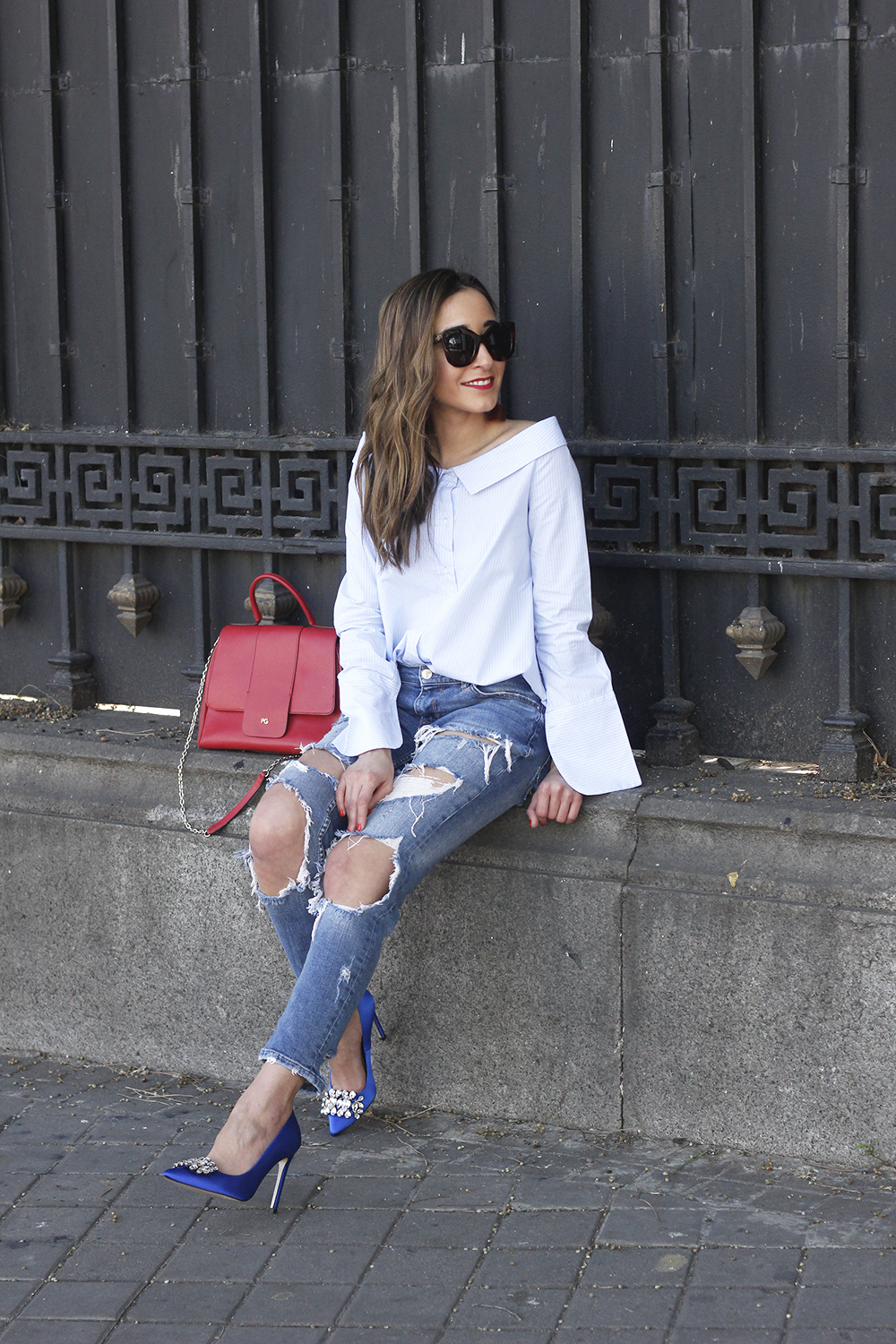 blue klein jewel heels uterqüe ripped jeans striped shirt red bag outfit style fashion12