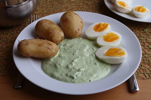 Pellkartoffeln mit gekochten Eiern und grüner Soße