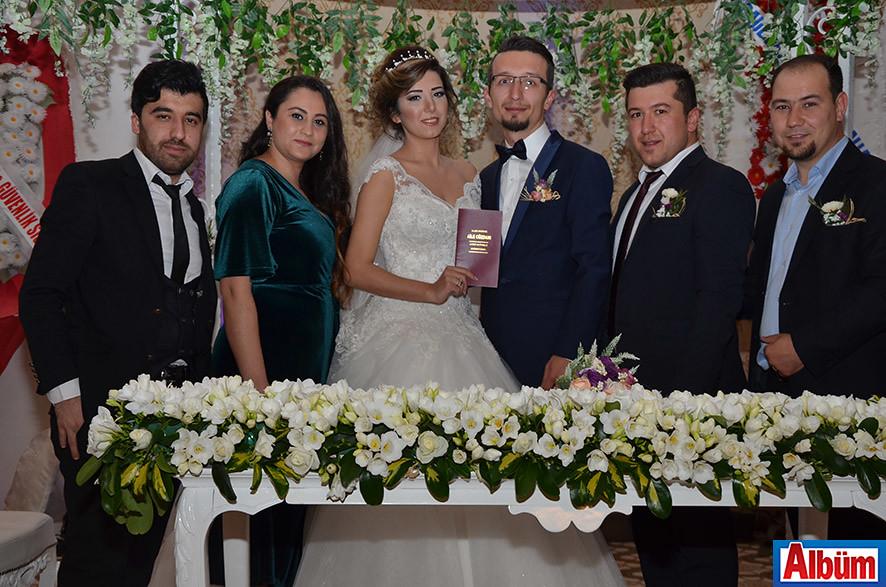 Gelin ve damat nikah şahitleri ile birlikte Albüm için poz verdi.