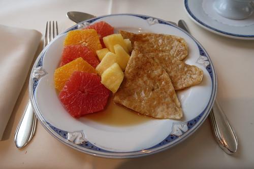 Pfannkuchen mit Ahornsirup und frischem Obst