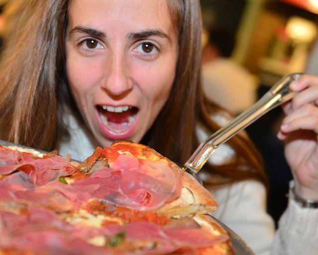 Diana devorando una de las pizzas de Juliana's en Nueva York
