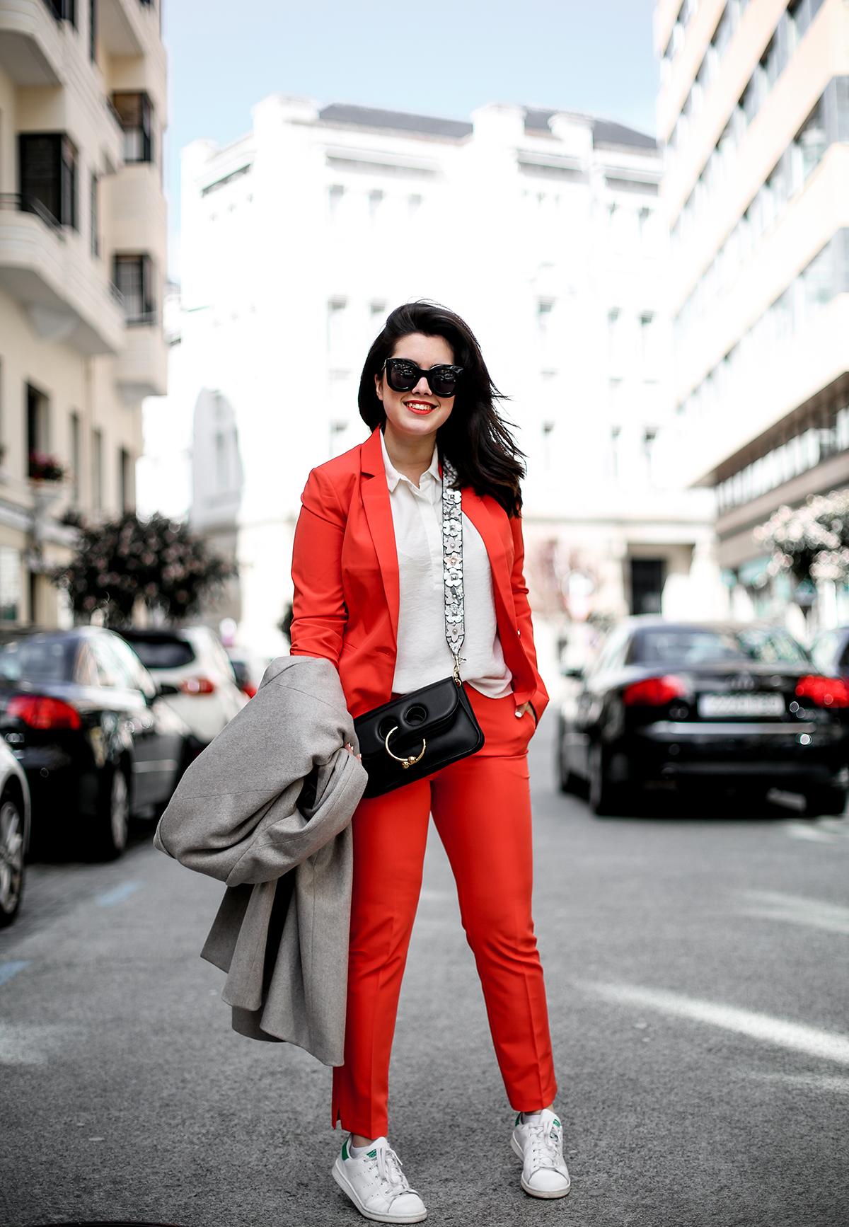 traje-rojo-redoute-jw-anderson-pierce-bag-adidas-stan-smith-streetstyle-myblueberrynightsblog4