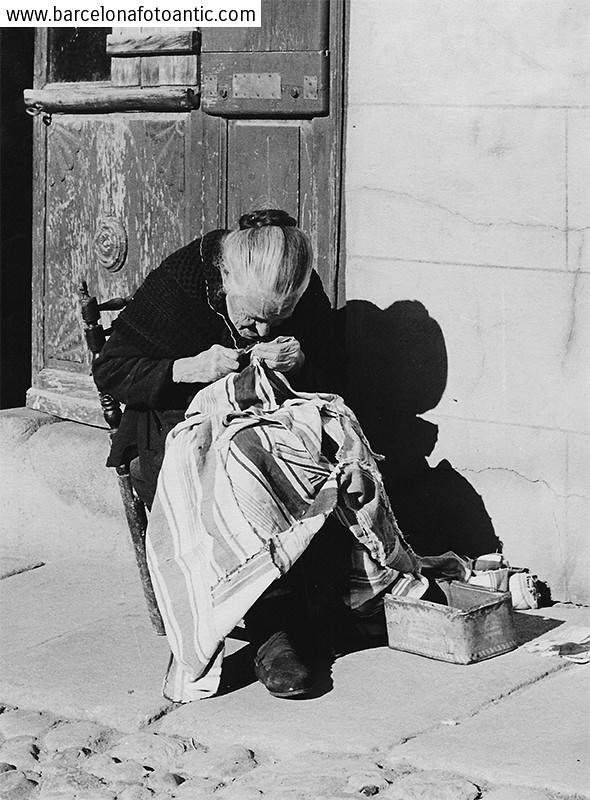 Una anciana cosiendo en Toledo en 1956. Fotografía de Joan Miquel Quintilla