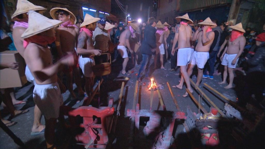897-2-04 晚間時刻,各聚落土地公,穿梭在巷弄間,接受居民膜拜,燃放鞭炮慶祝。抬轎青年戴斗笠,穿傳統服飾。