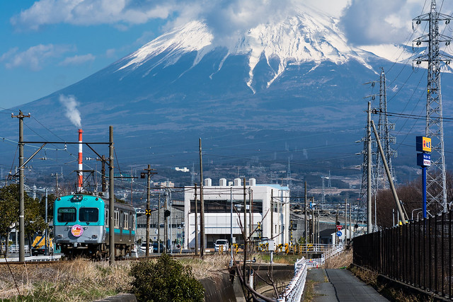 岳南電車と富士山を一緒に撮る