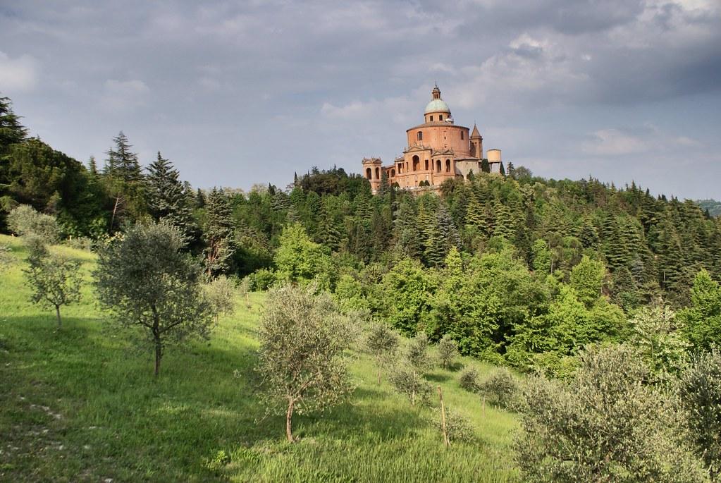 Vue sur le sanctuaire San Luca à Bologne au printemps.