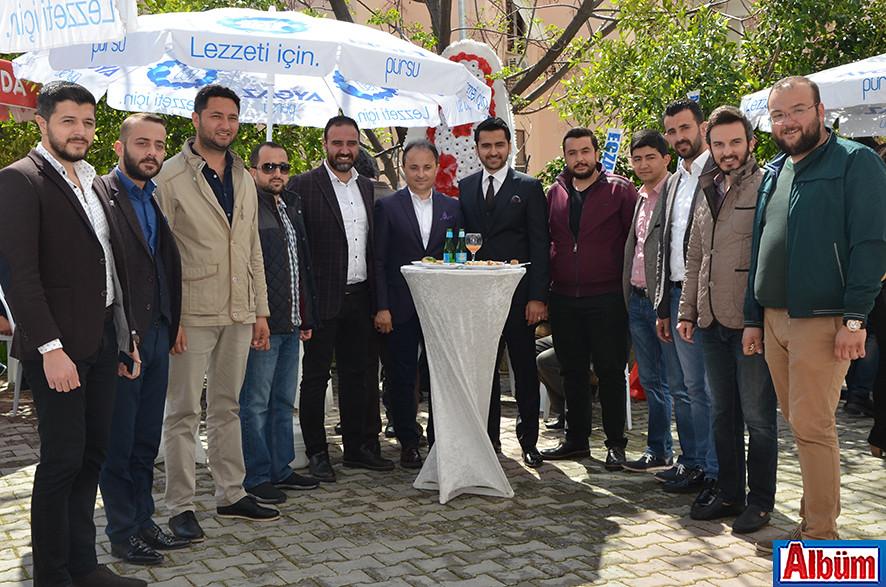 AK Parti Alanya İlçe Gençlik Kolu, Antalya Büyükşehir Belediyesi Alanya Koordinatör Yardımcısı Nurettin Uludağ ve Halit Hatipoğlu Albüm için poz verdi.