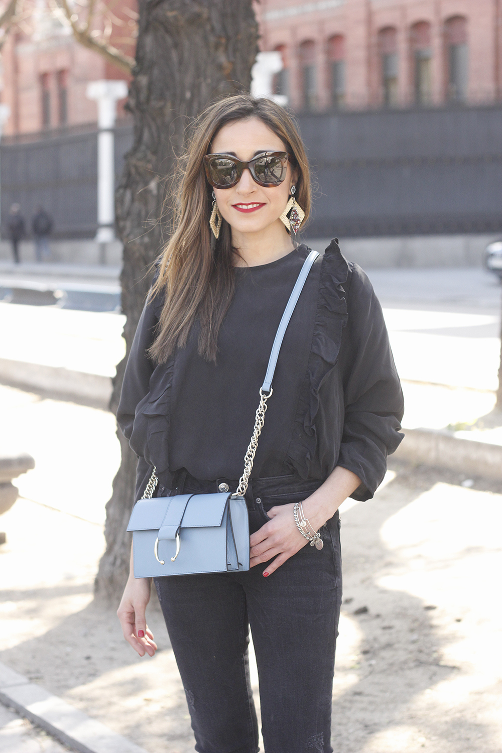 Black ruffled shirt black jeans uterqüe bag earrings sandals outfit style fashion céline sunnies spring09