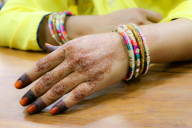 Hands of mehndi (henna tatoo) applied woman, Jodhpur, India ジョードプル ヘナが施された女性の手