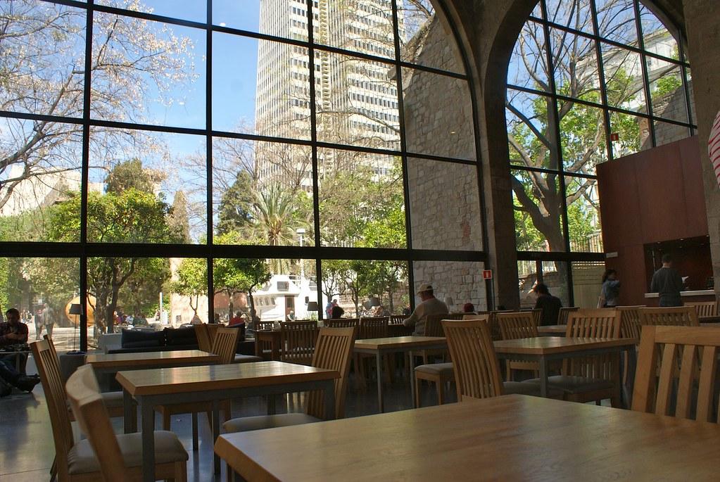 Café du musée maritime de Barcelone lumineux et agréable.