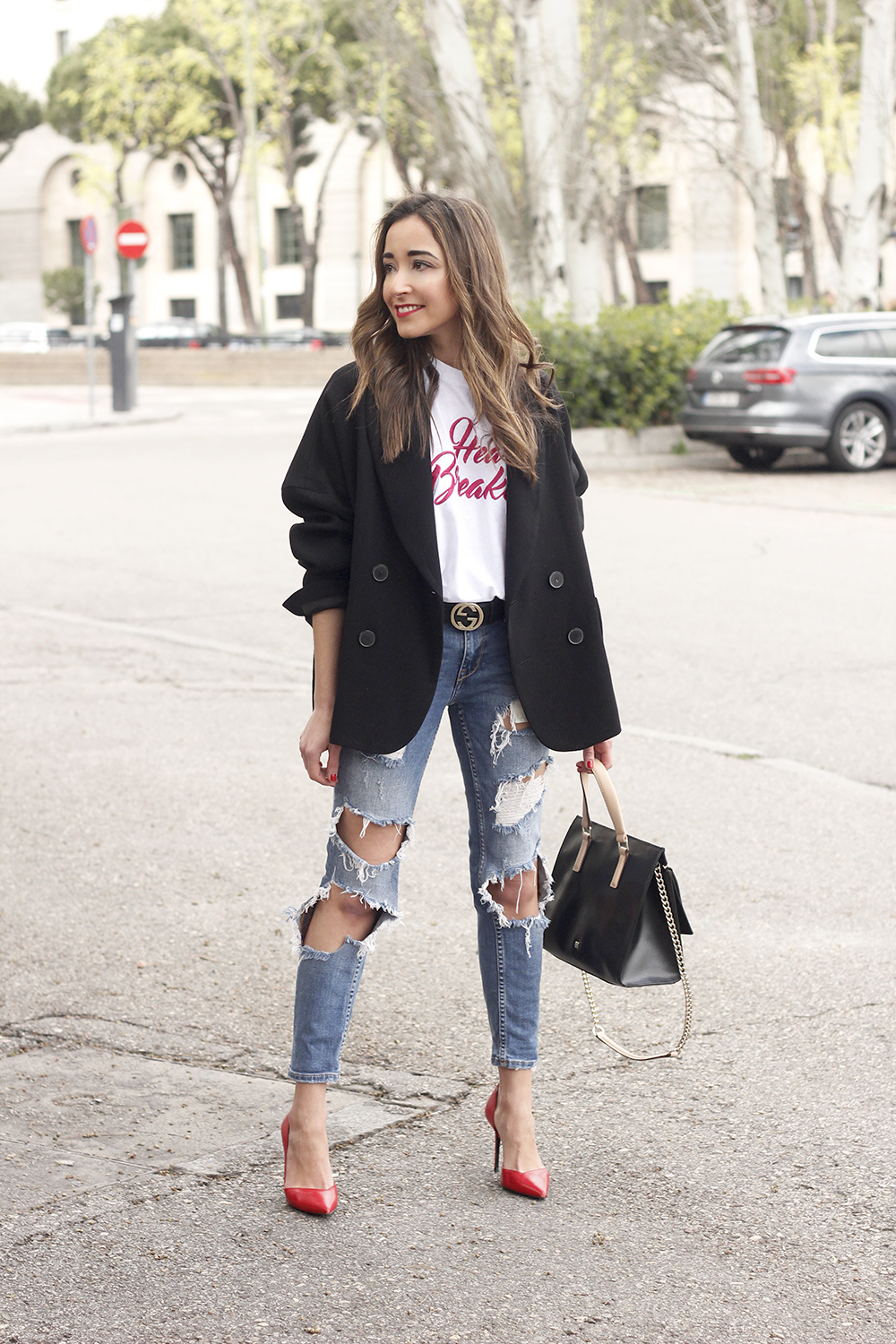 black blazer mango t-shirt heels purificación garcía bag accessories ripped jeans outfit style fashion02