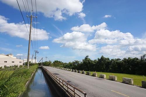 浮圳比周邊的陸地高的奇景,是清代留下的水利設施,恐因道路拓寬而失去,守護神岡聯盟提供