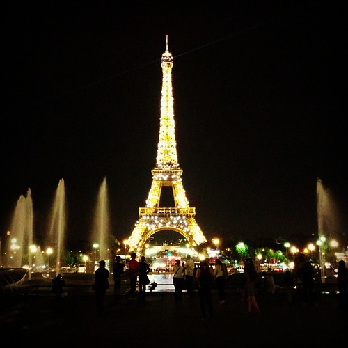 Die Parijzenaars en toeristenkitsch. Tja. #bynight