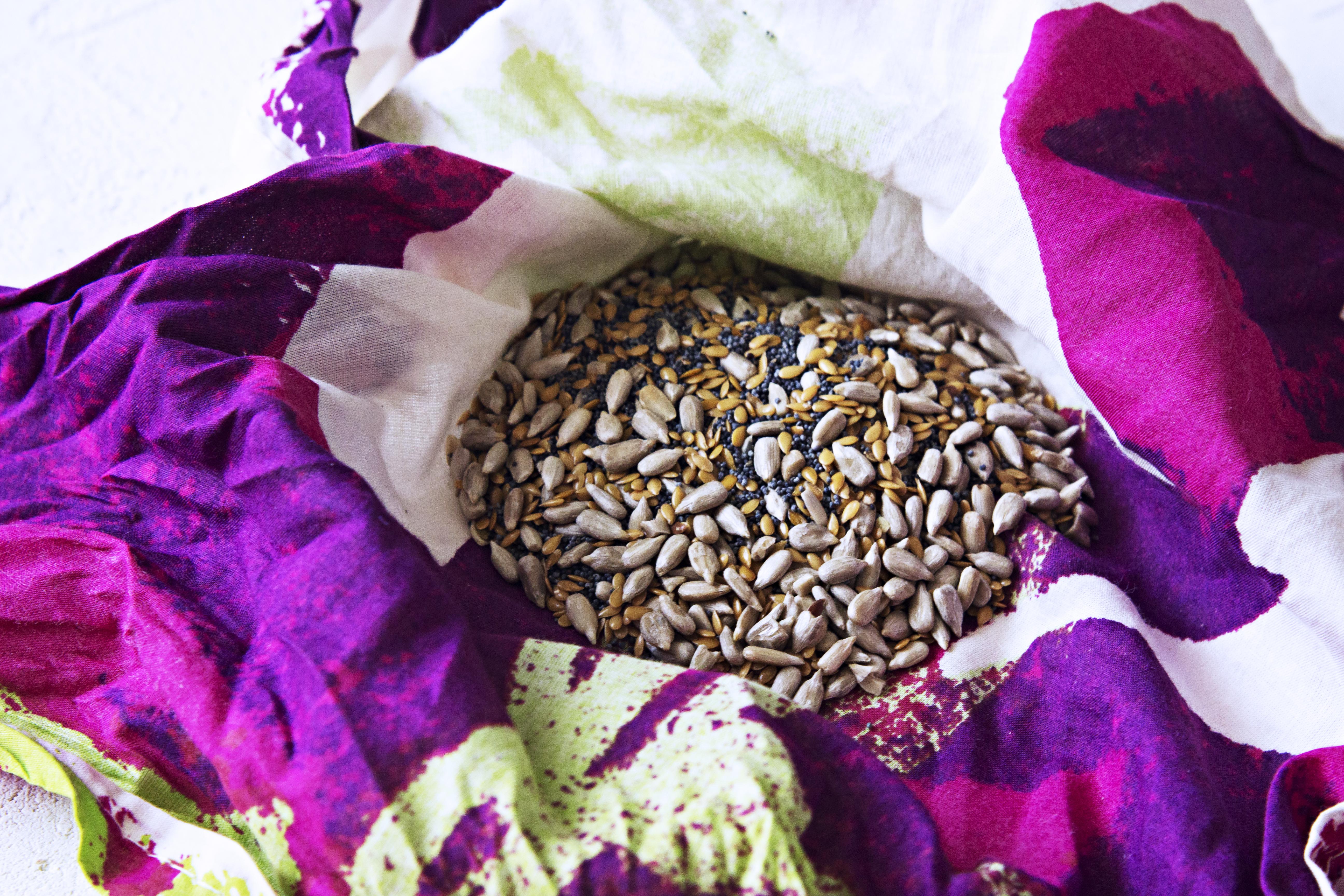 Carob Crackers with Seeds / Bolachas de Alfarroba com Sementes