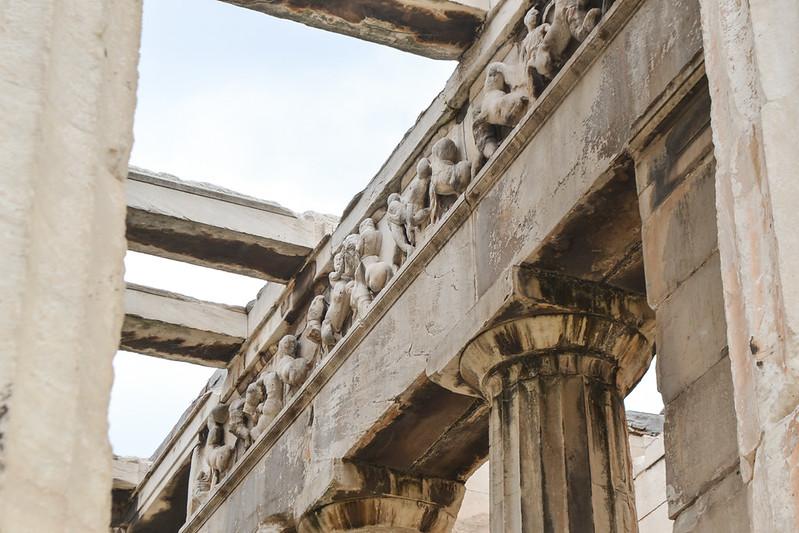 Un friso jónico para un templo dórico