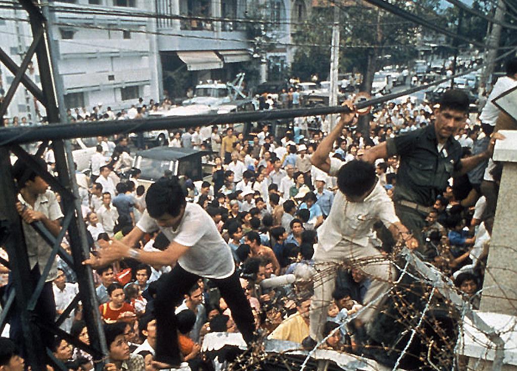 Fall Of Saigon In April 1975 Cổng Sau T 242 A Đại Sứ Mỹ Flickr