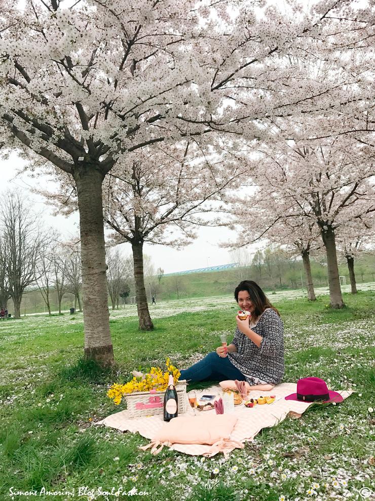 Aqui estou saboreando o piquenique e curtindo a natureza. Que maravilha a primavera.