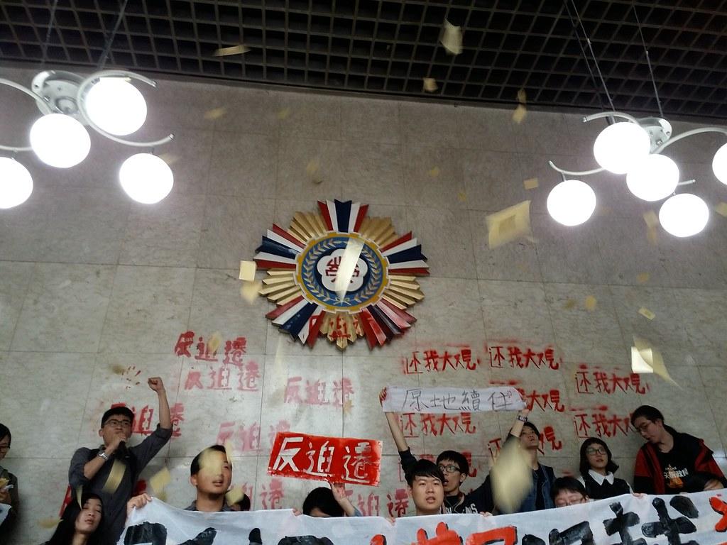 抗議群眾撒冥紙表達不滿。(攝影:張智琦)