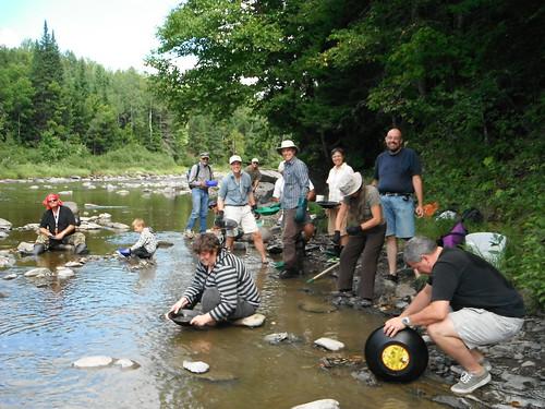 Plusieurs chercheurs d'or « en herbe » ont suivi la formation d'orpailleur donnée par Daniel Auclair à la rivière Famine en Beauce