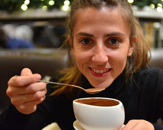 Diana tomándose un chocolate caliente en Max Brenner
