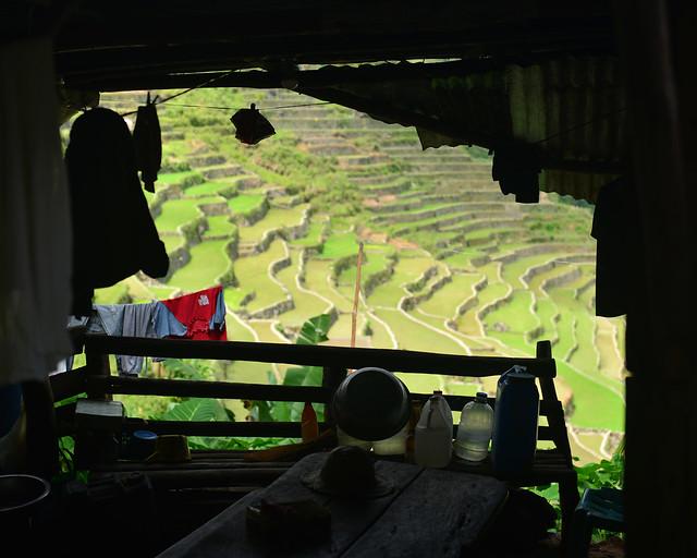 Una de las casas de Batad con vistas a las terrazas de arroz