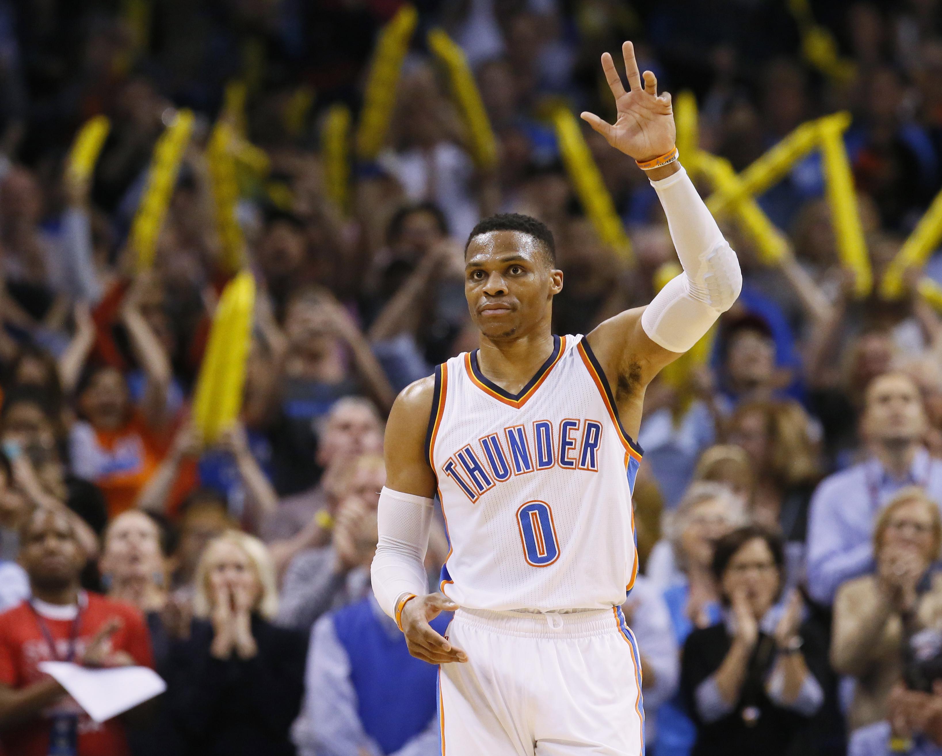 Russell Westbrook完成大三元平紀錄後,舉手向主場觀眾致意。(達志影像)