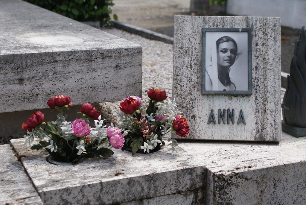 Tombe d'Anna au cimetière de Bologne en Italie.