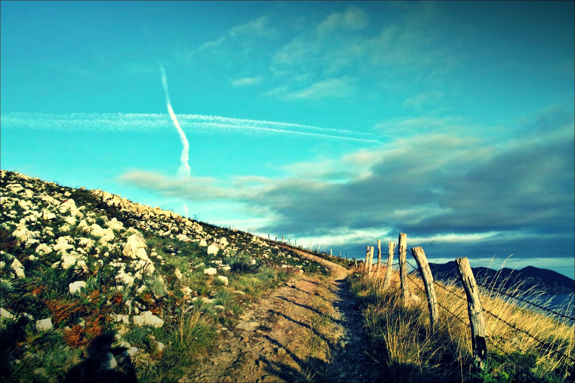 울타리 너머로 보이는 멋진 구름-'카미노 데 산티아고 북쪽길. 리엔도에서 산토냐. (Camino del Norte - Liendo to Santoña) '