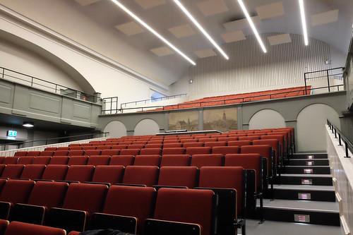 Hörsalen – tegelröda sittplatser
