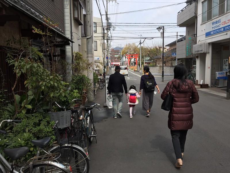 牽手走在異鄉 這是給小孩子生命成長的特別禮物