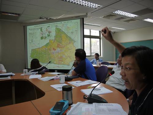 后里農民王婉盈出示地圖,顯示后里居民健康承受威脅