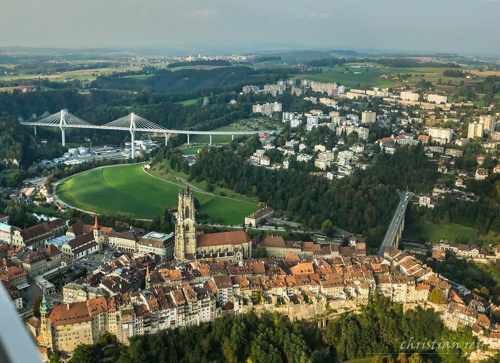 Vieille ville de fribourg et le nouveau pont de la poya s for Piscine fribourg