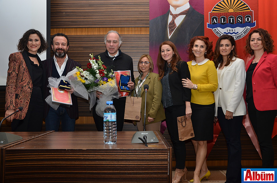 Burcu Baba ve Bahçeşehir Alanya Okulları Okul Aile Birliği, Yavuz Dizdar ve Ümit Aktaş'a hediyelerini takdim etti.