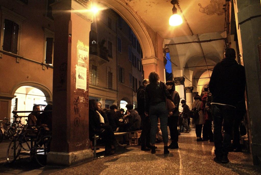 Bars sous les portiques ou arcanes dans le quartier de l'université au nord de la Vieille Ville de Bologne.