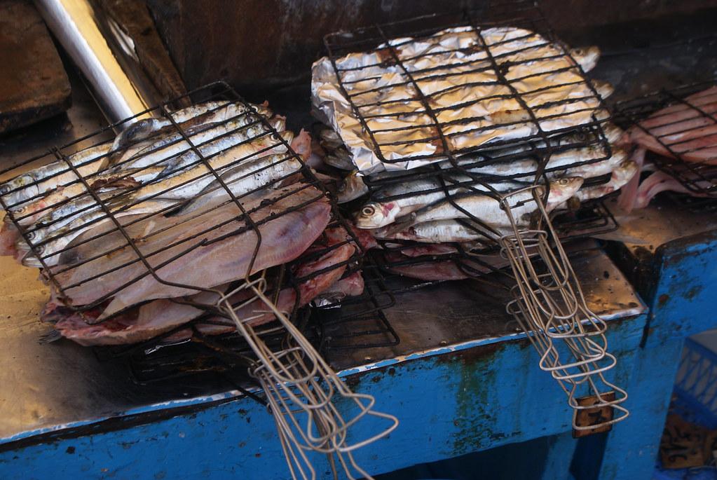 Sardines et maquereaux prêts à être grillés sur le port d'Essaouira.