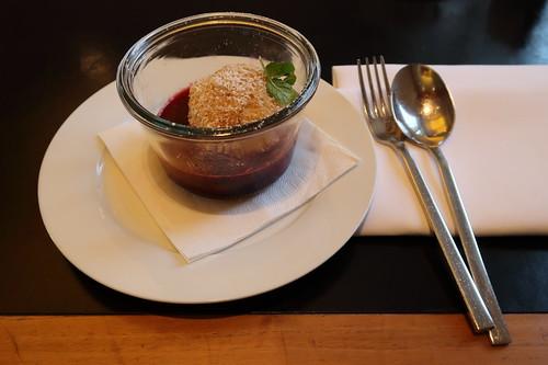 Quarkknödel mit Butterbrösel und Beerenkompott (im Café Restaurant Sarah Wiener im Hamburger Bahnhof)